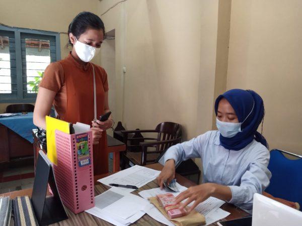 Dokumentasi saat siswa menerima beasiswa